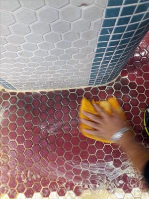 شستشوی استخر با مواد پاک کننده